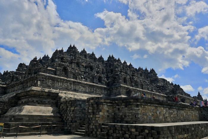 ボロブドゥールは方形をした6層の下部構造と円形の3層の上部構造から構成されたピラミッド型をしている。