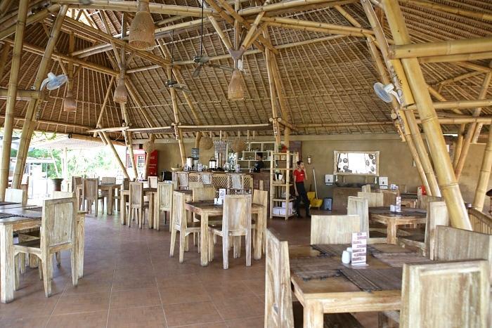 ディナーはタナロット寺院近くのレ ストランにてシー フードかインドネシアのどちらかを 選択。