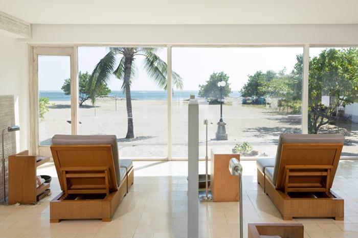 海を眺めながらのフットマッサージでリラックス。座り心地、寝心地は重要です!