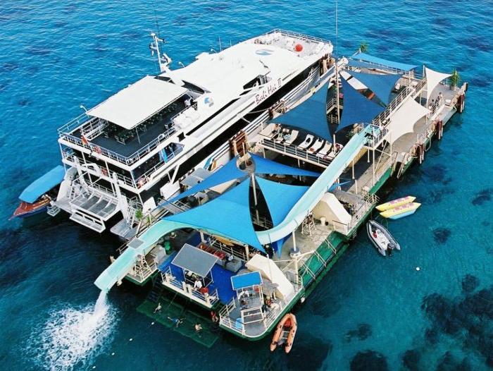 レンボンガン島沖のポントゥーン(浮島)で青い珊瑚の海とアクティビティと思いっきり楽しもう!
