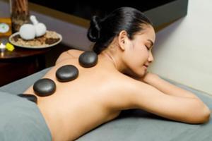 温めた玄武岩を使ったマッサージで 身体の奥深 くから緩め、エネルギーをチャージ