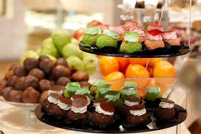 ムリアリゾートのビュッフエ デザートも数えきれない種類が並びます。