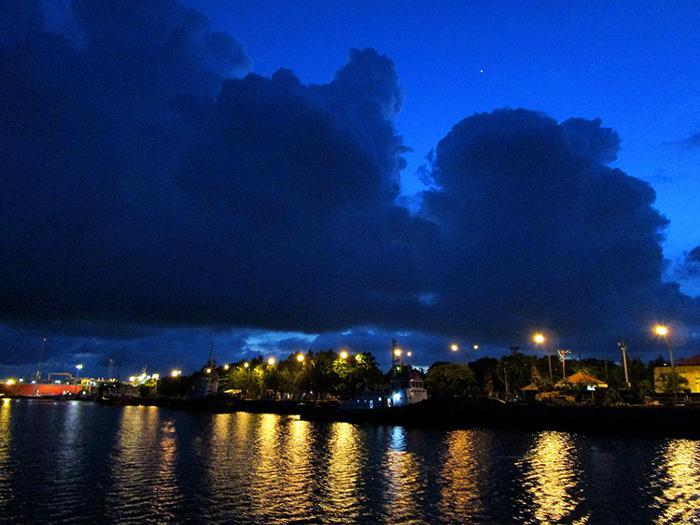 ベノア湾をゆっくりとクルーズ。湾の外へ出てしまうと波が高くなり船が揺れてしまうから。
