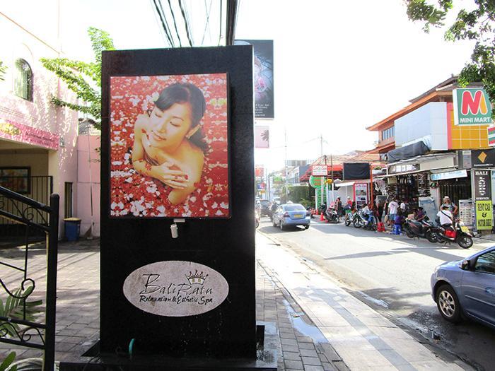 クタの繁華街カルティカプラザ通り、この看板が目印です