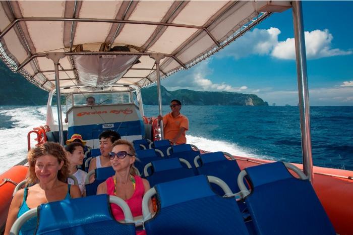最高速度75キロ高速スピードボートで南の島の絶景巡り。