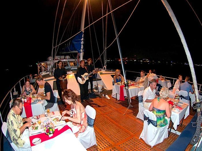 波の音を聞きながら美味しいお食事と海風を受けてバリの夜を過ごしましょう。
