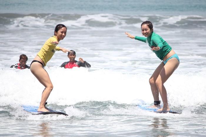 一人で波をキャッチする!自分でパドリングして沖へ向かおう。