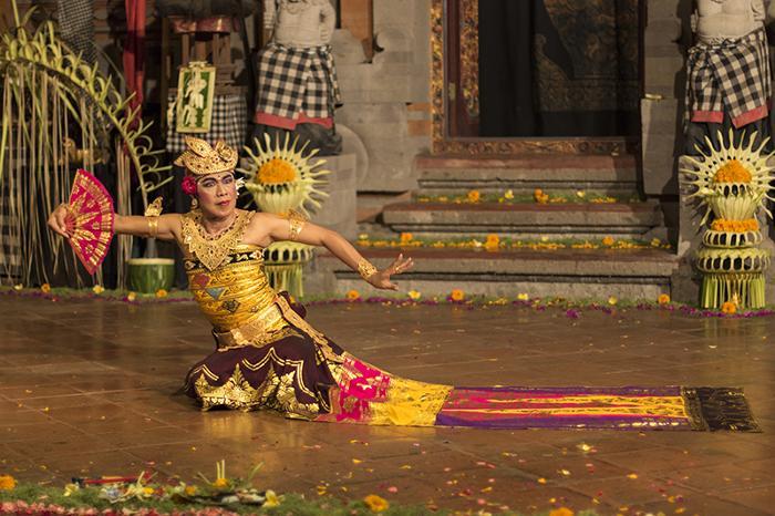 公演の見どころの一つでもある、閃光の舞「クビャールトロンボン」(ティルタサリ公演)