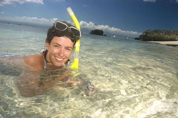 透明度抜群のレンボンガン島の海。太陽の下、波の音や魚たち、大自然に癒される。