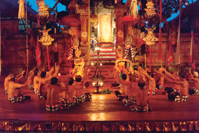 ケチャックダンスの円陣の中ではインドの叙事詩ラマヤナ物語が演じられます。