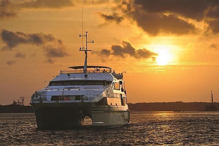 夕日が沈む頃にベノア港を出発し、バリ島南部の海岸線をクルーズ。