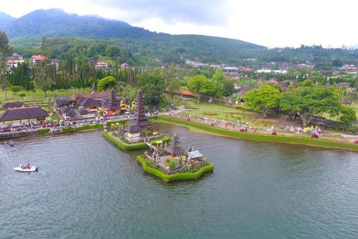 ウルンダヌバトゥール寺院の周りは湖での遊覧ボートがあったり花や木々が植えられた公園になっています。