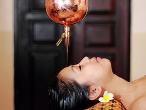 温かいオイルを額の「第3の目」に垂らし体内バランスを整え、心身ともにリラックスさせます。