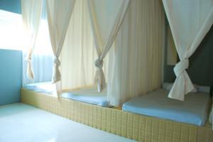 マッサージはベッドではなく、床に敷かれたマットレスの上で施術します。