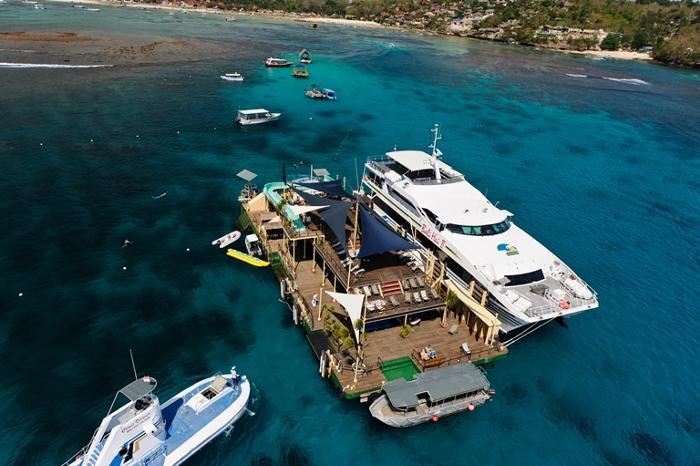 レンボンガン島沖のポントゥーン=浮島で青い珊瑚の海とアクティビティと思いっきり楽しもう!