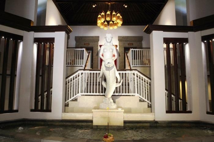 高い天井が重厚感を醸し出すスパのメインロビー中央に は、ビーチリゾートらしくマーメイドの像。