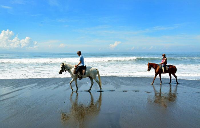 場所はサヌールからカランアッサム方面に向かう途中にあるギャニャール県のサバビーチ