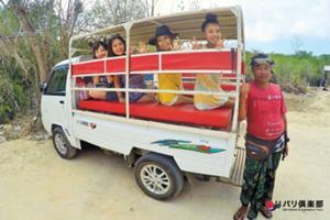 島では観光用トラックで移動