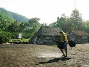 クサンバ村に立ち寄る