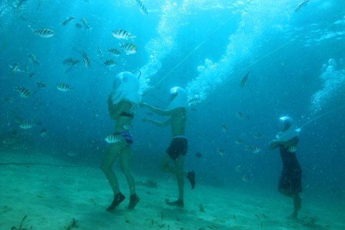 まるで宇宙遊泳のように海 底を歩ける異次元体験を楽 しんでみませんか?