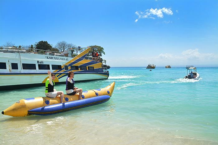 クリスタルのように澄んだ海と黄金に輝く砂浜が広がっています。ただ太陽、海、砂があるのみ!