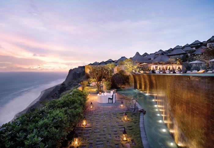 1日1組限定の特別なディナー。インド洋の絶景がドラマティックな夜を演出します。