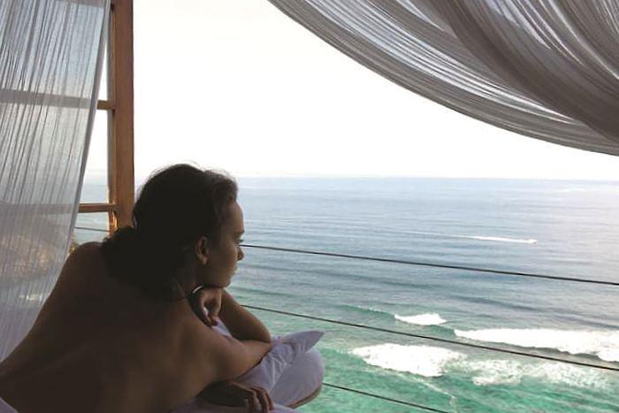 紺碧の海を目の前に、潮風を感じながら至福のひとときを