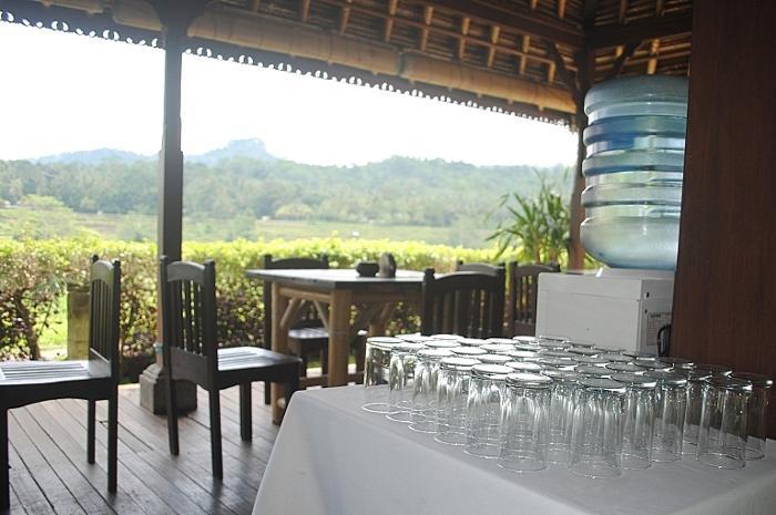 トラガワジャ川と棚田を見下ろす丘の上の専用レストランでランチタイム。