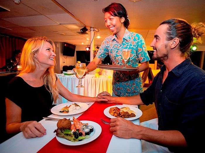 バリでの楽しい夜はインターナショナルビュッフェディナーをご堪能下さい。