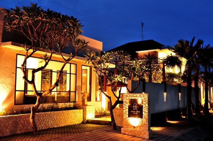 クイーンローズ ヴィラ&スパの外観。 夜は建物がライトアップされてロマンティックな雰囲気