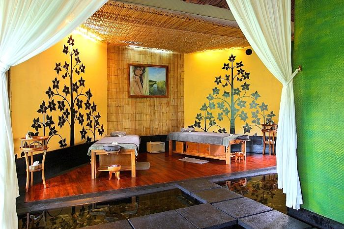 イモーテルの優しい黄色に包まれたお部屋。鯉が泳ぐ池があり、水の流れる音でリラックス。