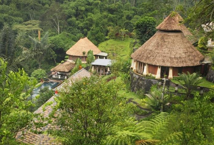 ジャティ川のせせらぎが聞こえる環境の中、2つのヨガと瞑想のパビリオンを完備。
