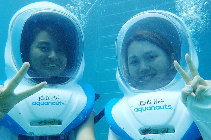 経験豊富なアクアノーツのガイドが見守る中、宇宙飛行士のように海底をムーンウォークしてみよう。