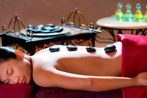 ホットストーンで身体を内側から温め血行を促し深いリラックスへと導きます。