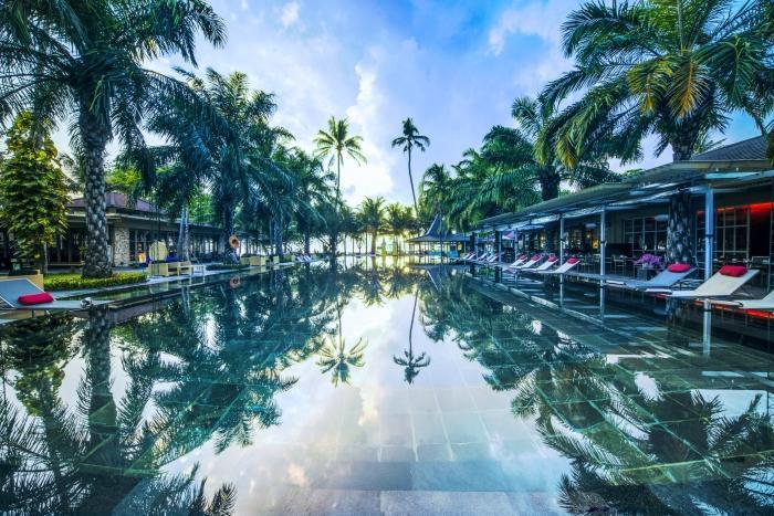 ホテルのプールで一涼み。