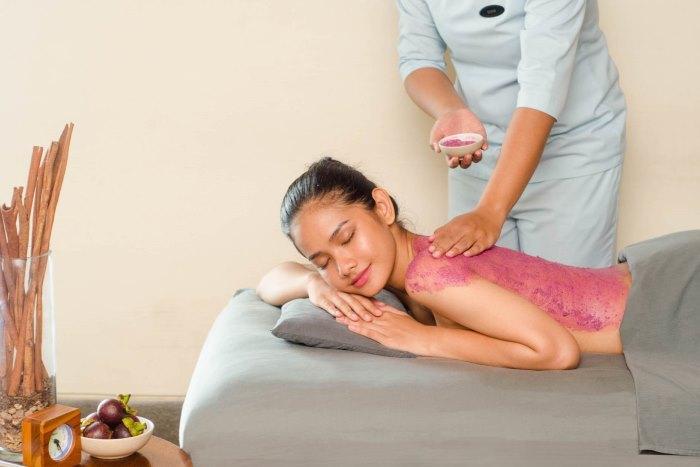 マンゴスチンエキスたっぷりのボディスクラブとリッチ なクリームが、お肌に栄養を与え保湿力を高めます。