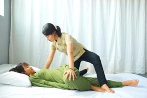 気の流れを整え、自然治癒力を高め るタイ式の技法