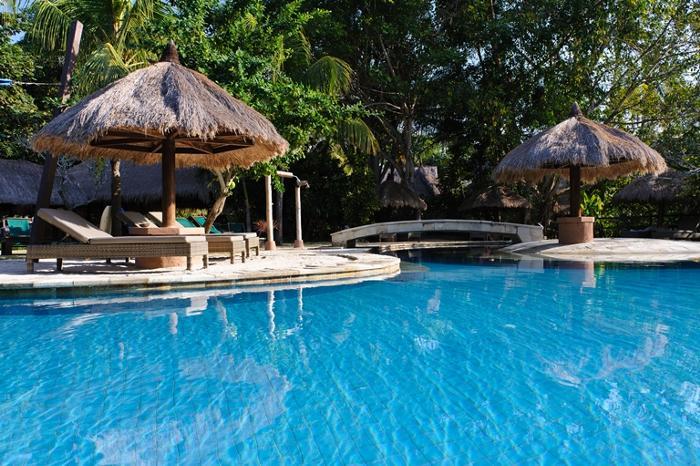 ヤシの木や熱帯のガーデンに囲まれながらプールでリラックス。キッズエリアもあるよ。