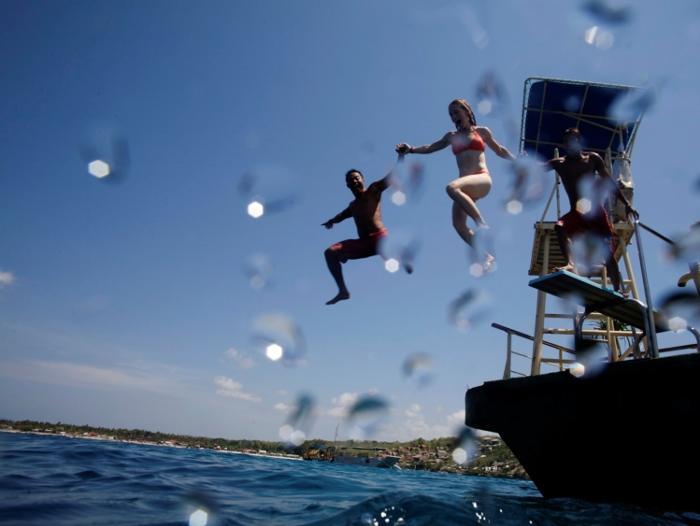 透き通った海へジャンプ!様々なポーズの瞬間を写真に収めるのもよし。楽しみ方は無限です。