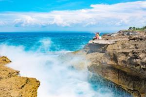 デビルズ・ティアーズでは高波が崖に打 ち付けられ、大きな白いしぶきが立ち上がるダ イナミックな光景!