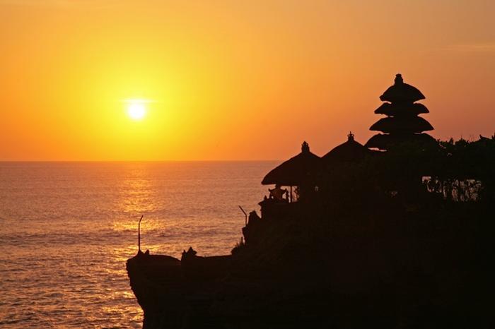 満潮時は、海に浮かぶ孤島の寺院、 干潮時は潮が引き、寺院入口まで行くことが出来るタナロット寺院