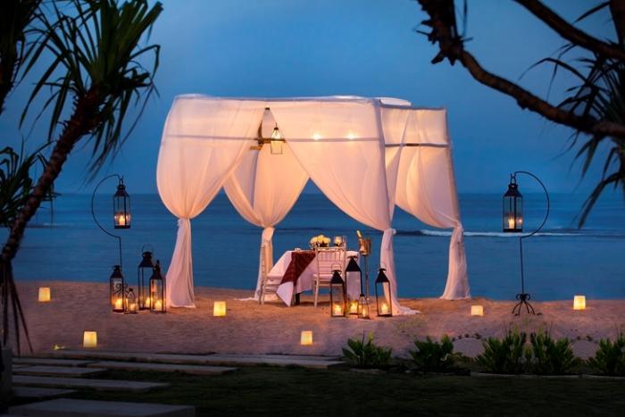 オンザビーチでのロマンティックキャンドルライトディナーが楽しめるアップグレードプランもあります。