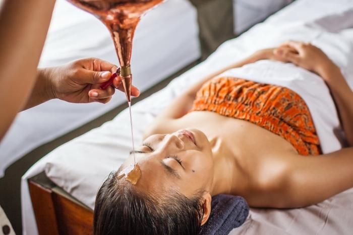 シロダラは、チャクラに温めたオイルをたらし脳神経を休めストレスを緩和するヒーリングトリートメント。