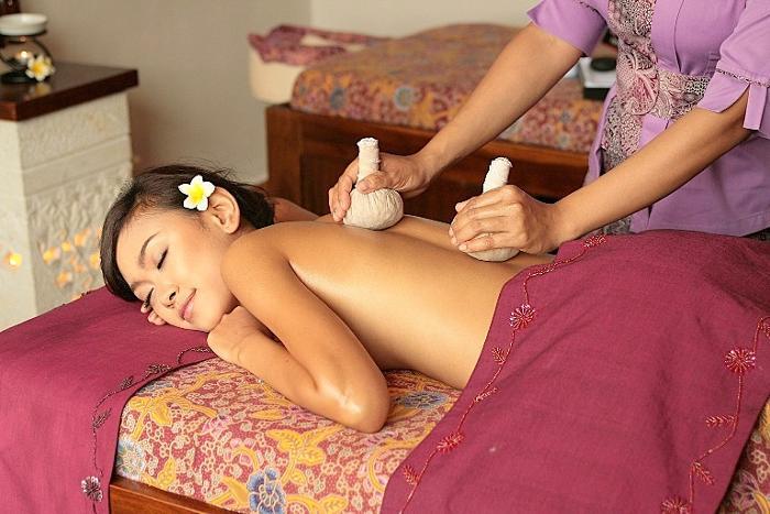 温められたハーブの有効エキスを皮膚から体内へ浸透させるハーバルヒートマッサージ