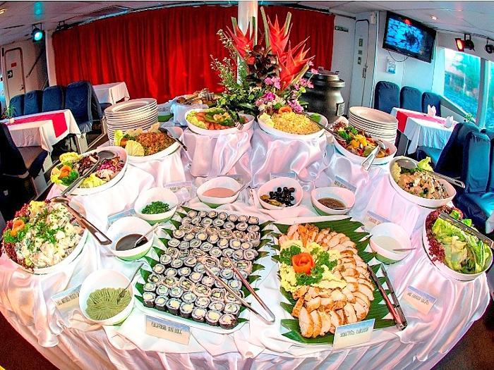 バラエティ豊富なビュッフェディナーをお楽しみ下さい。