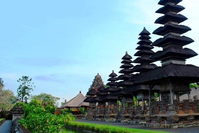 タマンアユン寺院のメルはアグン山を模した塔ともいわれ、黒く空へ向かって建っています。
