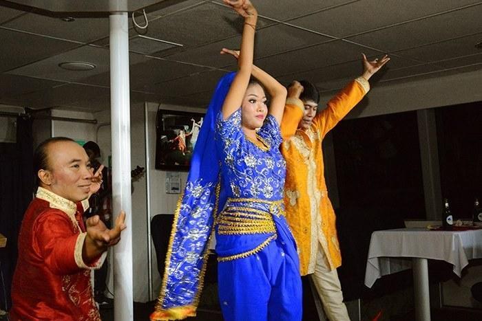 ライブ感溢れる音楽にのってカラフルな衣装のダンサーがエネルギッシュに登場
