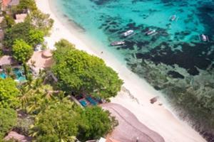 バリの沖に浮かぶ小さな島レンボンガン島。ガラスのように輝く海と砂浜の大自然に島の時間が流れます。