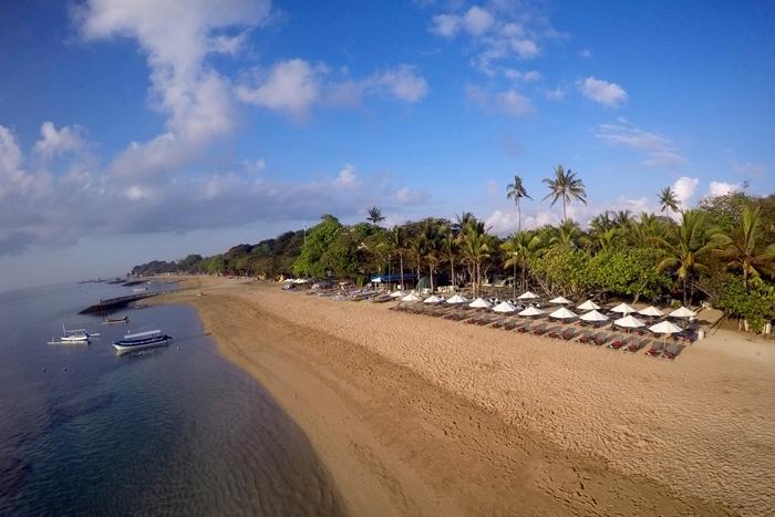 まぶしい白砂のサヌールビーチ。