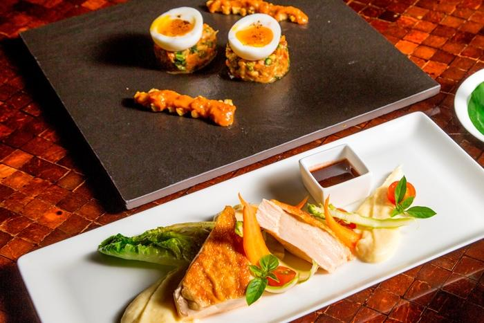 3コースのディナーの一例は、ガドガド、チキンまたはフィッシュ、シャーベット。写真はチキン。